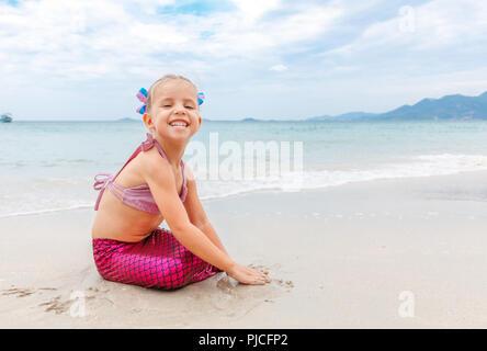 Costume Da Bagno Sirena : Belle giovani donne in costume da bagno o coda delle sirene qui
