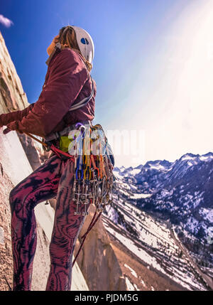 Donna rock climbing, Cardinale Pinnacle, Vescovo, CALIFORNIA, STATI UNITI D'AMERICA Foto Stock