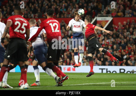 Tottenham Hotspur Harry Kane (sinistra) e il Manchester United Phil Jones battaglia per la sfera Foto Stock