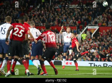 Tottenham Hotspur Harry Kane (sinistra) e il Manchester United Phil Jones battaglia per la sfera Foto Stock
