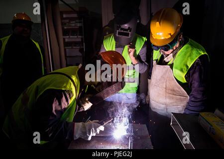Giovani albanesi per saperne di saldatura in corrispondenza della formazione Devaid pubblico del centro di formazione professionale di Tirana, dove si impara a saldare ossi-combustibile. Foto Stock