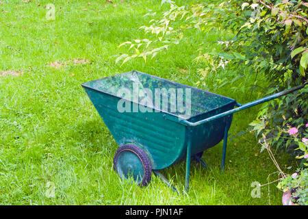 Una immagine di una vecchia carriola verde