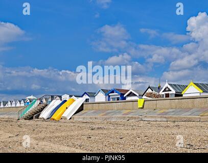 Prese per catturare la graziosa tonalità pastello del contemporaneo cabine sulla spiaggia, sulla estremità sud sul mare, Essex, Inghilterra. Foto Stock