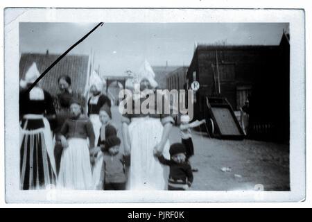d76f851a98d2 Artista  James Batkin · Olandese di donne e bambini in abito tradizionale