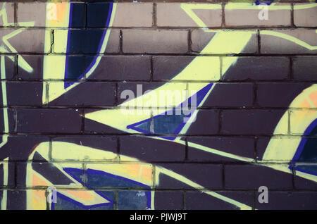 Il vecchio muro dipinto in colore disegno graffiti red vernici spray. Immagine di sfondo sul tema di disegno di graffiti e arte di strada Foto Stock
