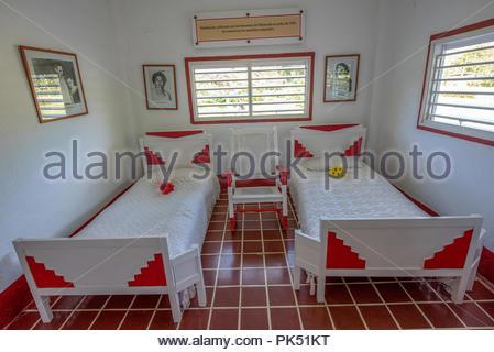 Due Letti Singoli In Una Camera Piccola Con Il Rosso E Bianco Letti