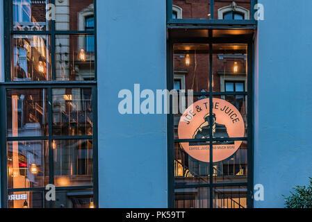 Riflessioni a notte nelle finestre del coffe-shop Joe & il succo di Copenaghen, 6 settembre 2018 Foto Stock