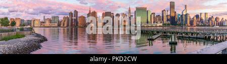 Vista sullo skyline di Manhattan da Long Island City all'alba, questa area lungo la East River in Queens è noto della sua grande opinioni a Manhattan. Foto Stock