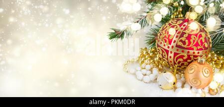 Natale rosso e cuore d'oro con evegreen tree Foto Stock
