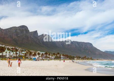La spiaggia di Camps Bay con la Table Mountain e palme dietro di esso a Cape Town, Sud Africa Foto Stock