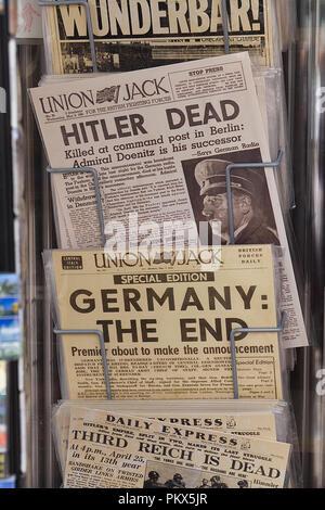 Union Jack e quotidiani internazionali confermando la morte di Hitler Foto Stock