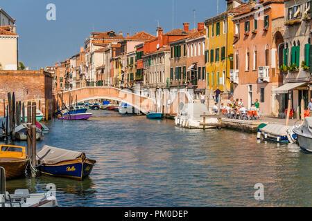 Ponte su un piccolo canale a Venezia, Italia. Foto Stock