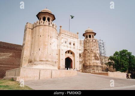 Lahore Punjab, Pakistan, Asia del Sud : Alamgiri Gate del Shahi Qila o Lahore Fort, costruita nel 1674 durante il regno dell'imperatore Mughal Aurangzeb. Inc Foto Stock