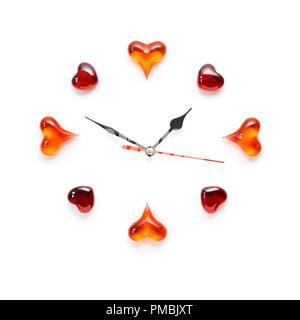 Creative valentines concetto foto di orologio con cuori su sfondo bianco. Foto Stock