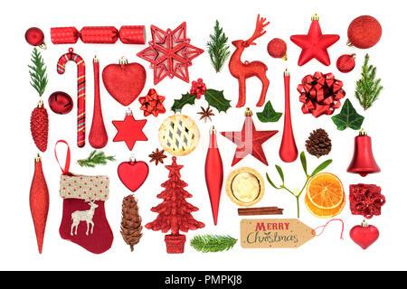 I simboli del Natale con l'albero ninnolo decorazioni, inverno flora e articoli alimentari su sfondo bianco. Festa di Natale carta per la stagione delle vacanze. Foto Stock