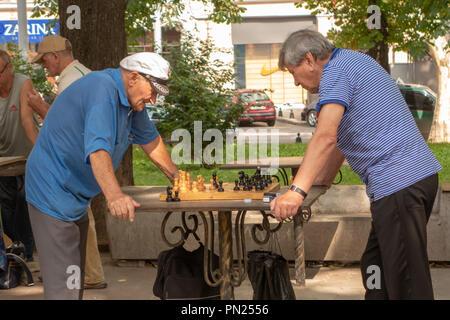 Odessa. L'Ucraina. 2018.07.26. Gli anziani giocare a scacchi nel parco.Active pensionati, amici di vecchia data e tempo libero, due anziani divertendosi e playin Foto Stock