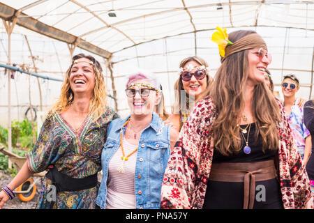 Stile hippy e vestiti e abiti per gruppo di femmine ribelle Free amici godendo e celebrare insieme in amicizia con colori e alternativa Foto Stock