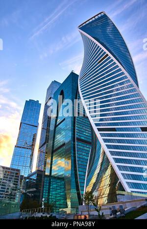 Mosca - Septenber 2018. Basso angolo vista dei grattacieli Moscow-City, Russia. Moscow-City è un nuovo quartiere degli affari nel centro di Mosca. Sommità della moderna co Foto Stock