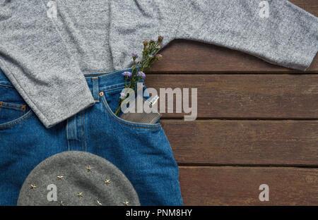 Abiti alla moda e accessori per l'autunno su sfondo di legno. Il concetto di moda Foto Stock