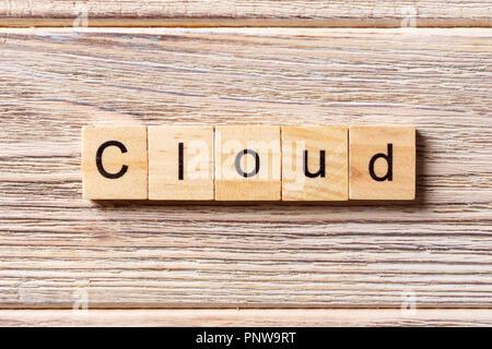 Il cloud parola scritta sul blocco di legno. Il cloud testo sul tavolo, concetto. Foto Stock
