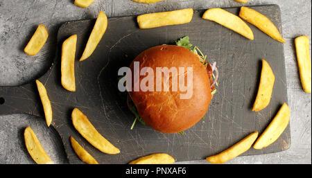 Composizione di hamburger con patatine fritte Foto Stock