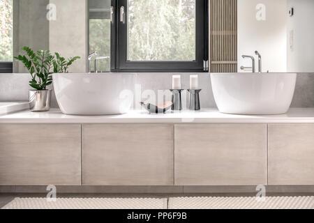 Bagno contemporaneo rivestito di piastrelle con il colore bianco e