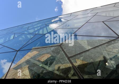 Pannelli di vetro che riflette una scena, il centro Australiano per l'immagine in movimento, museo, Melbourne VIC, Australia Foto Stock