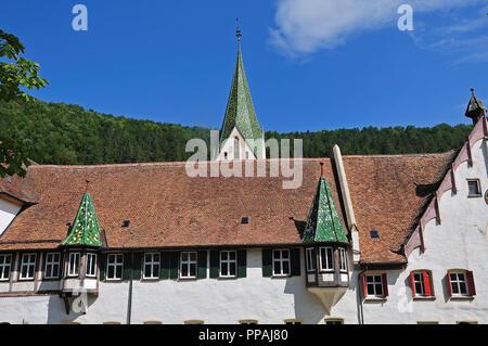 Dettaglio del monastero a Blaubeuren, Germania, con il verde tetto vetrato piastrelle con finestre a bovindo e spire