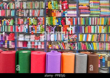 Nastri colorati sugli scaffali del negozio Foto Stock