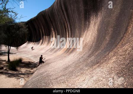 Hyden Australia, persona che posano per una foto su Wave Rock