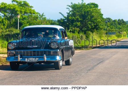 57a04e500 ... Vintage auto Chevrolet guida in autostrada di Varadero. Il veicolo è  dipinto in bianco e