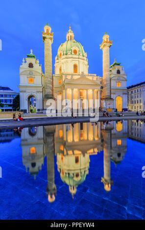 Vienna, Austria. San Carlo, la Chiesa (Karlskirche) al crepuscolo. Foto Stock