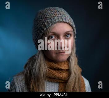 Naturalmente bella donna millenario in abbigliamento invernale Foto Stock