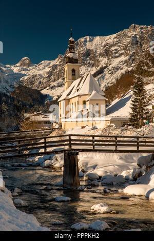 Chiesa parrocchiale di San Sebastian, Ramsauer Ache, inverno, Ramsau, Berchtesgaden, Baviera, Germania