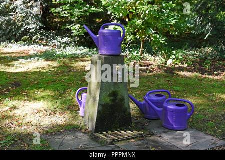 Innaffiatoi, luogo di irrigazione, Ostfriedhof, cimitero, Dortmund, distretto della Ruhr, Nord Reno-Westfalia, Germania Foto Stock