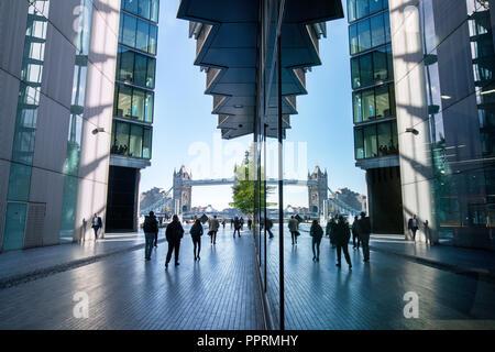 Il Tower Bridge e gli impiegati si riflette nelle finestre di vetro. Più Londra Riverside. Londra, Inghilterra