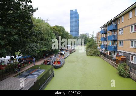 London, Regno Unito - 27 agosto 2018: file di case galleggianti e imbarcazioni strette sulle rive del canale Foto Stock