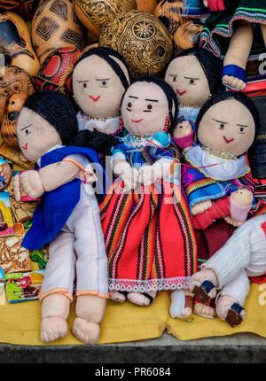 Sabato mercato artigianale, Plaza de Los Ponchos, Otavalo, provincia di Imbabura, Ecuador Foto Stock