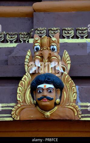 L'uomo la testa di divinità santo intaglio del legno con feroce mitico animale creatura al Nallur Kandaswamy tempio indù Jaffna nello Sri Lanka Foto Stock