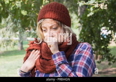 ... Giovane donna indossa cappello di lana e sciarpa per esterno Foto Stock 8a1e5ec87e41