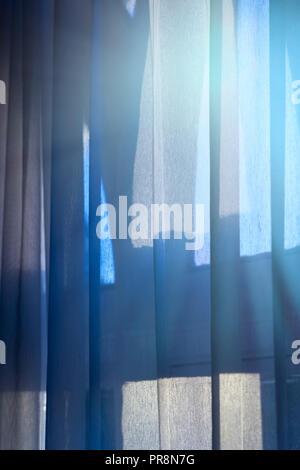 Immagine astratta della svasatura di luce attraverso una finestra e tendina Foto Stock