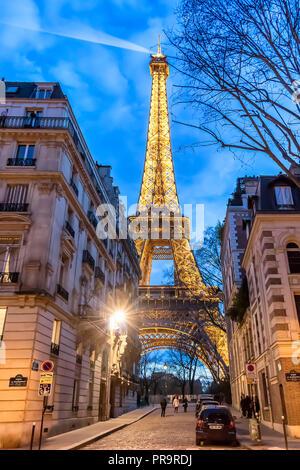 Parigi, Francia - 13 Marzo 2018: Vista della Torre Eiffel illuminata di notte Foto Stock