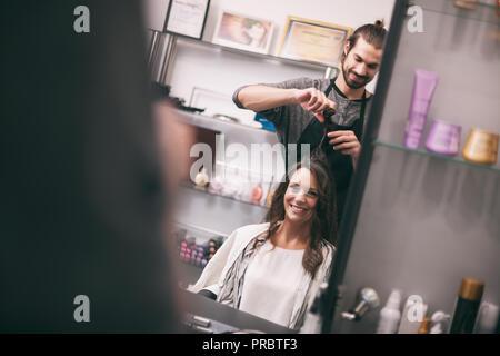Giovane donna getting nuova acconciatura di capelli professionale salone di acconciatura.