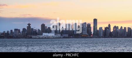 Skyline di Vancouver Downtown con il tramonto visto da North Vancouver Foto Stock