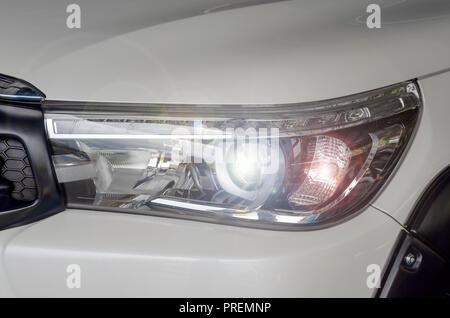 Lampada faro fornt vettura di nuova automobile Foto Stock