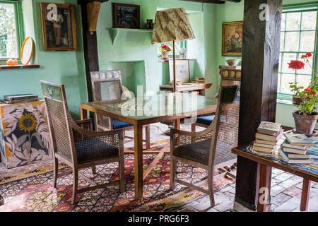 Sedie Dipinte A Mano : Sedie di canna a dipinte a mano e tabella in cottage una volta casa