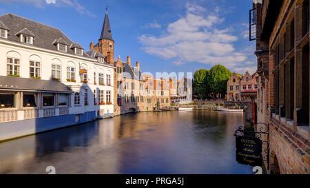 Vista in direzione di Rozenhoedkaai in prima serata la luce in Bruges, Belgio