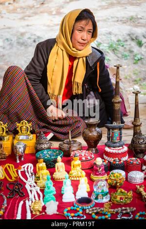 Una donna vendite negozio di souvenir al Mercato di Paro e sul modo di Tiger's Nest in Bhutan Foto Stock