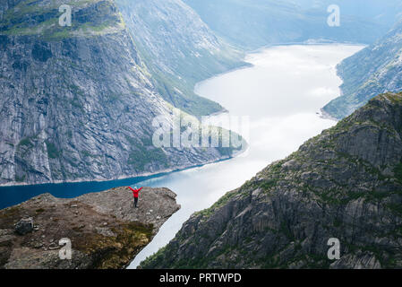 Trolltunga - uno di Norvegia la maggior parte vista spettacolare. Ringedalsvatnet - lago in comune di Odda in Hordaland county, Norvegia Foto Stock