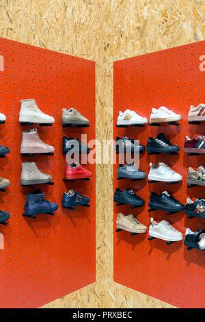 Display con Sneakers sugli scaffali in negozio di calzature Foto Stock 1e3bcbb1d09